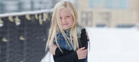 凍える女の子横